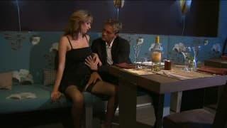 Secretaria zorra cena con su jefe y le entrega su cuerpo