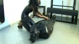 Negra dominadora en látex
