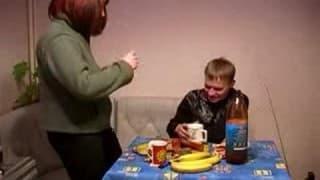 Una señora follando con un jovencito.