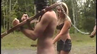 Hombres sometidos al sexo forzado al aire libre