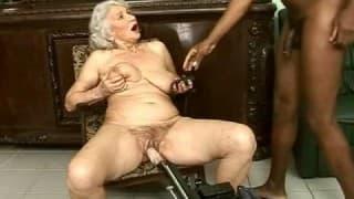 Follada interracial para una anciana