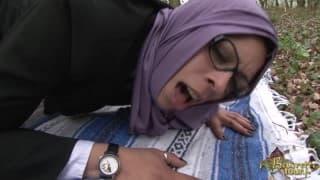 Una chica árabe follando en el bosque