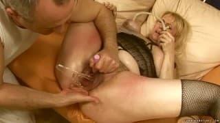 Una mujer madura disfrutará con sus juguetes sexuales