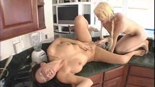Ashley y Kinzie para una sesión de sexo entre lesbianas