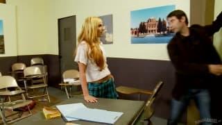 Dahlia Black follando durta una escena en el salón