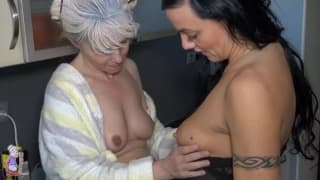Estas dos mujeres maduras follan en la cocina