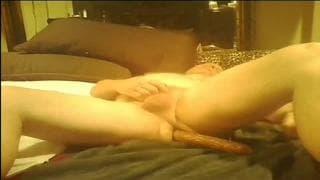 Una escena gay amateur con un juguete sexual