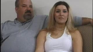 Ella folla con su amante frente a su marido