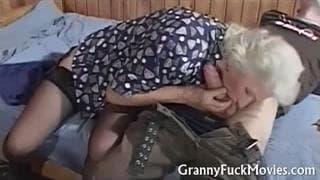 Esta abuela necesita mucho sexo
