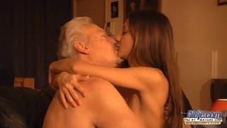 Alice Romain le muestra todo a su viejo