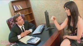 Ashlyn Rae es la mejor secretaria que tiene
