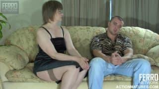 Esta mujer madura quiere sexo en el sofá