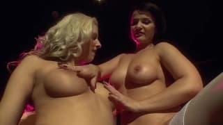 Maria Mia y Sybella se follan con un dildo