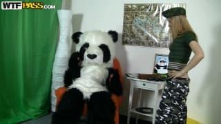 Un panda con debilidad sexual a las rubias
