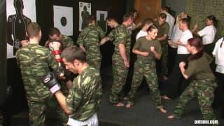 Una orgía militar entre chicas y chicos