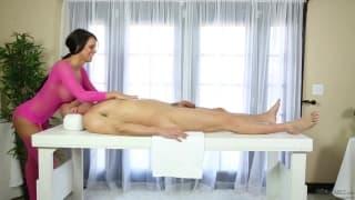 Peta Jensen bajo la mesa de los masajes