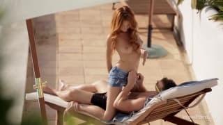 Sexo al borde de la piscina con una pelirorja