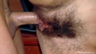 Este tio adora ver su vagina peluda caliente