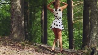Una linda exhibicionista entre los árboles