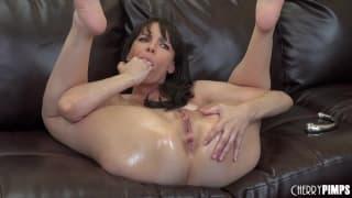 Dana DeArmond adora masturbarse en el sofá