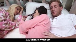 Una rubia y una morena en pijama en la cama
