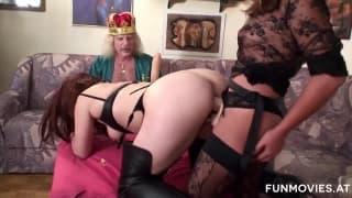 Karin Wild y su amiga complacen al rey