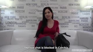 Lucka se masturba en un sofa en un casting