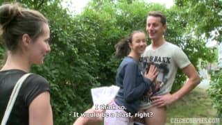 Joven pareja tiene sexo en el parque