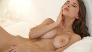 Chica hermosa se masturba grandes tetas !!!