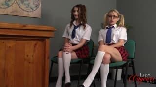 Dos colegialas se entregan al director