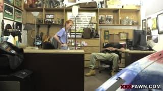 Se lleva a una cliente al almacén para follar