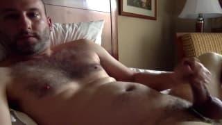 Se siente cachondo y se masturba en vivo