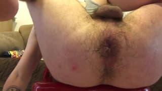 Abre su culo peludo para que le entre entero