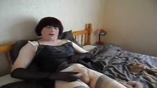 Un tipo se viste de puta y se masturba aquí
