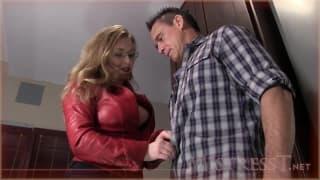 Mistress T abusa de un hombre fuerte