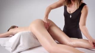 Ela sienteun masaje muy sabroso de su amiga