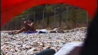 Una mujer desnuda disfrutando de la playa