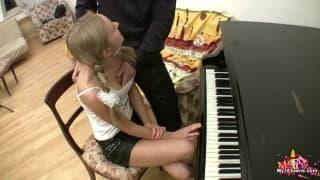 Se supone que le enseñaría a tocar el piano
