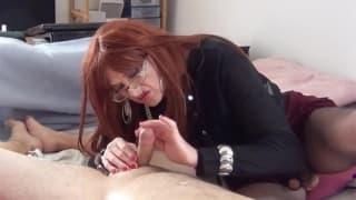 Transexual madura masajea a su compañero